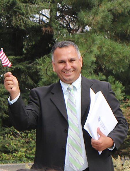 星期一(9月18日),在美国首都华盛顿举办的一场特别仪式上,阿富汗裔记者鲁丁宣誓入籍。(亦平/大纪元)