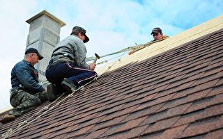 屋顶翻新行业的安全风险非常高。(Shutterstock)