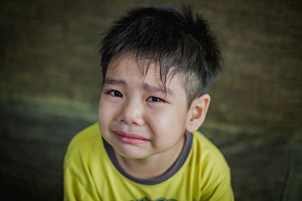 小男孩乱按电梯被责骂吓哭了。图与文无关。(Shutterstock)
