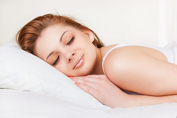 專家稱,在睡覺前列出待辦事項清單,能幫助人們入睡。(Fotolia)