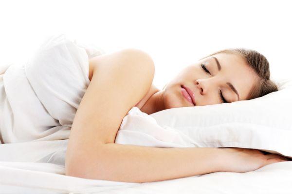 专家称,脑中倒转一天中的回忆,或想像令人快乐的几个地方,都能帮助人们入睡。(Fotolia)