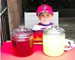 5岁的美国男童杰特(Jett Arellano)在费城老城区摆摊卖茶饮,收入捐献飓风哈维灾民。(Fox News视频截图/大纪元合成)