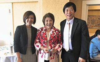 硅谷华人电台台长周泺(中)抽中机票,中华航空旧金山分公司总经理陈雅妮(左)和经文处马钟麟处长向她颁奖。(曹景哲/大纪元)