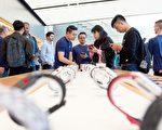 9月22日是iPhone 8的發賣日,果粉們在舊金山聯合廣場旗艦店選購新款iPhone和蘋果手錶。(JOSH EDELSON/AFP/Getty Images)