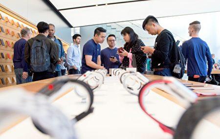 9月22日是iPhone 8的发卖日,果粉们在旧金山联合广场旗舰店选购新款iPhone和苹果手表。(JOSH EDELSON/AFP/Getty Images)