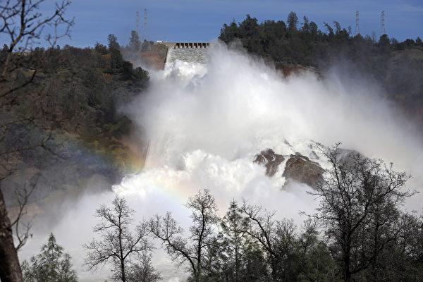 在经历了今年2月奥罗维尔水库(Oroville Dam)泄洪道危机之后,9月1日,加州安全规划者首次公布了州府监管下的数百座大坝的安全评级。图为2月14日,加州第二大水库奥罗维尔湖(Lake Oroville)在泄洪。(Elijah Nouvelage/Getty Images)