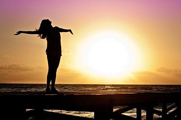 与大自然亲切接触可以让人放松心情,享受快乐与幸福。(Pixabay)