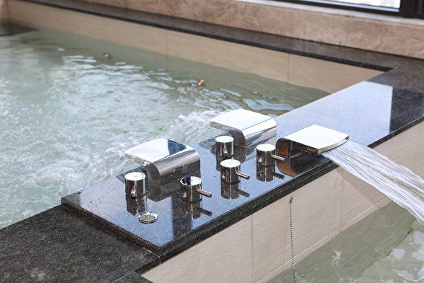 JUSTIME为总统套房6000公升泡汤池特别客制化的浴缸水龙头。 (曾汉东/大纪元)