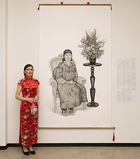 漢娜和她的展出畫作。(大紀元圖片庫)