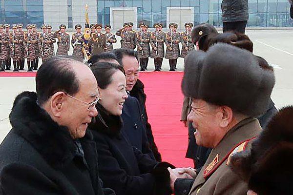 金正恩提拔胞妹金与正(Kim Yo-jong,左二)成为最高决策机构政治局的候补委员。(AFP/Getty Images)