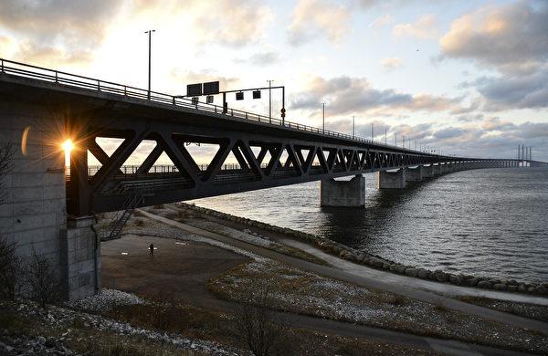 松德海峡大桥的夕照。(JOHAN NILSSON/TT/AFP)