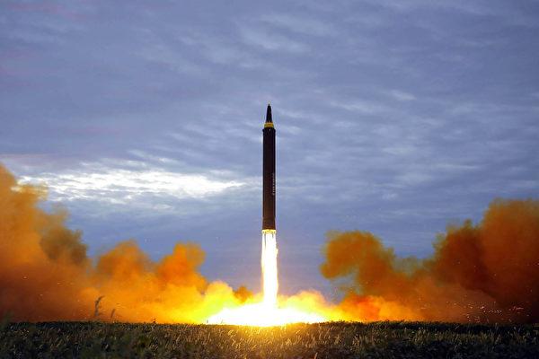 韩国媒体报导说,朝鲜可能在中共十九大开幕日发射导弹。图为朝鲜于2017年8月29日发射的火星12型弹道飞弹。(STR / KCNA VIA KNS / AFP)