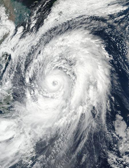 強颱風蘭恩(Lan)週日(22日)挾帶強風暴雨侵襲日本,多地傳山體滑坡和淹水災情,目前已知至少有4人死亡、1人失蹤,還有132人受傷。(AFP PHOTO/NASA Earth bservatory)