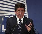 """安倍晋三在周一(10月23日)召开的记者会上说,由于日本民众希望政府""""强硬反对朝鲜威胁"""",因此他领导的自民党获得民意支持。(AFP PHOTO / Behrouz MEHRI)"""