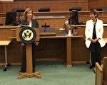 国会众议员Jackie Speier的助手Katrina Rill(左),分享自己入籍宣誓的故事。(Jackie Speier提供)