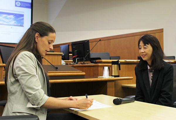 美国移民局(USCIS)移民官苏珊(Susan)(右)和安妮(Anne)现场模拟面试。(由Jackie Speier议员办公室提供)