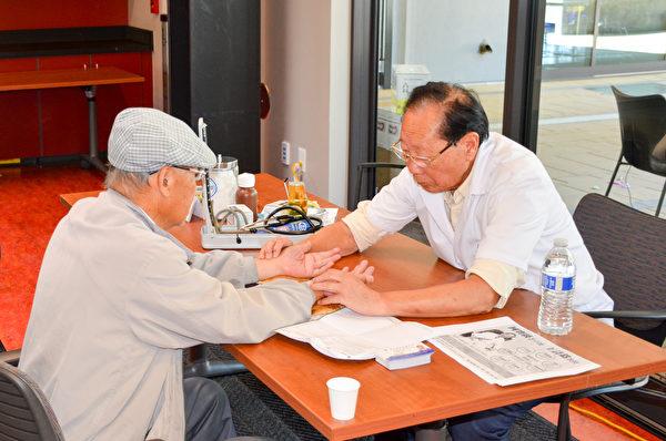 舊金山灣區中醫師王詩銘教授在新唐人肺健康展現場義診(張德輝/大紀元)