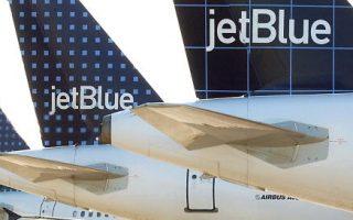 一架從波士頓飛往拉斯維加斯的捷藍航空班機,因為起飛時撞到好幾隻飛鳥在肯尼迪機場迫降。 (Stephen Chernin/Getty Images)