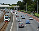 自7月开始执行新价格以来,西澳家庭支出已增加了440澳元,包括电费、汽车执照费、水费等。(林文责/大纪元)