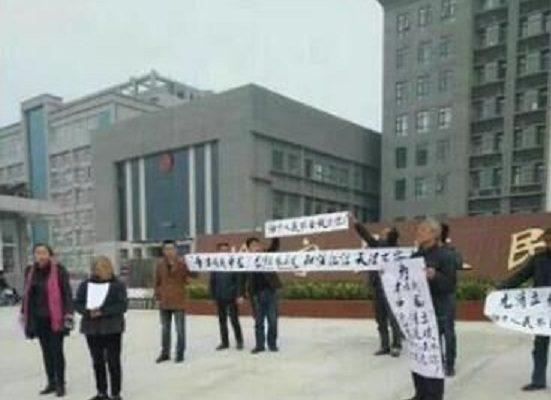 河南洛宁县陈吴乡韦寨村70村民莫名被打成黑社会,村民家属拉白布条抗议。(访民提供)