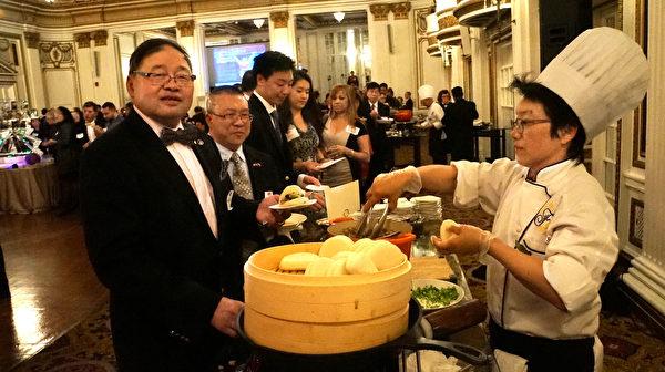 前中华公所主席阮鸿灿(左一)开心等到台湾小吃美食。(黄剑宇/大纪元)