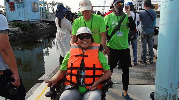 """参与的身障者开心兴奋地直说:""""这是生平第一次坐帆船,好紧张,好像在作梦!""""(曾晏均/大纪元)"""