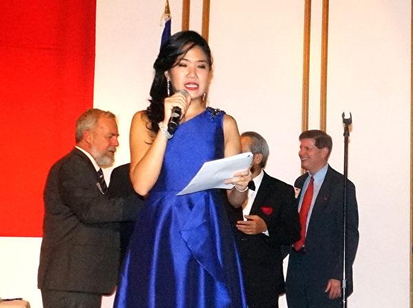 哈佛商学院研究所的黄天韵(Sarina Huang)担任国庆酒会的主持人。(黄剑宇/大纪元)