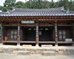 慕明斋的前景,李舜臣将军赠送的汉诗悬挂在5根柱子上。(孙준晙提供)