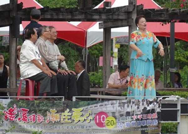 享誉乐界的冠军指挥黄美铃亲自领军,在绿溪河畔千人传唱《绿溪颂》与《绿溪之歌》。(曾晏均/大纪元)