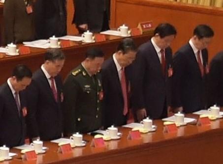 在中共十九大的開幕式上,汪洋(左二),趙樂際(左四),栗戰書(右二),韓正(右一)坐在主席臺第一排的最右側。(NICOLAS ASFOURI/AFP/Getty Images)