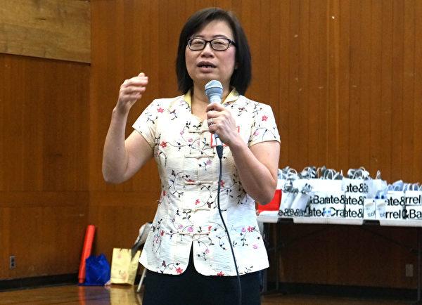 叶金惠老师作专题演讲。(黄剑宇/大纪元)