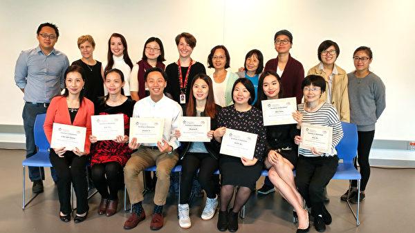 職業英語班畢業典禮的畢業生、雇主夥伴及項目人員合影。(王明/大紀元)