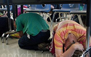 10月19日早上10:19,加州也加入了全美及世界的行列,進行了年度ShakeOut地震演習。圖為旧金山学生们模拟地震来临时场景,纷纷趴到桌子底下,双手抱头。(周凤临/大纪元)