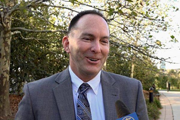 政府合同商汤普森先生(Peter Thompson)对于神韵交响乐团的演出期待已久。 (新唐人电视台)
