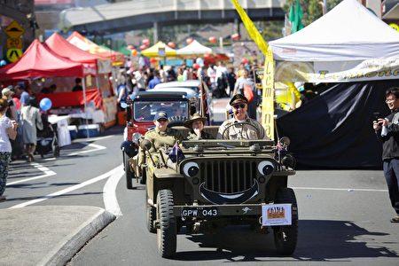 游行队伍由来自当地38个不同团体的成员组成,图为老爷车表演。(燕楠/大纪元)
