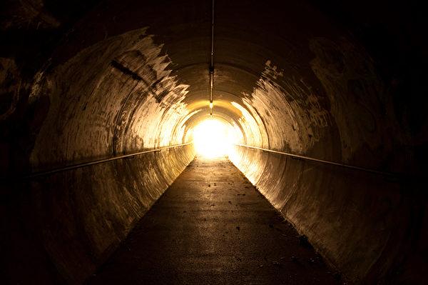 雪梅感觉她进入一个黑暗的隧道内。(Fotolia)