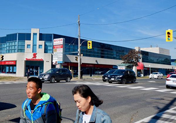 """加拿大泛亚集团在2014年初推出移民项目""""服饰城"""",如今是由银行、按摩店、快递公司等组成的两层商业楼。(周月谛/大纪元)"""