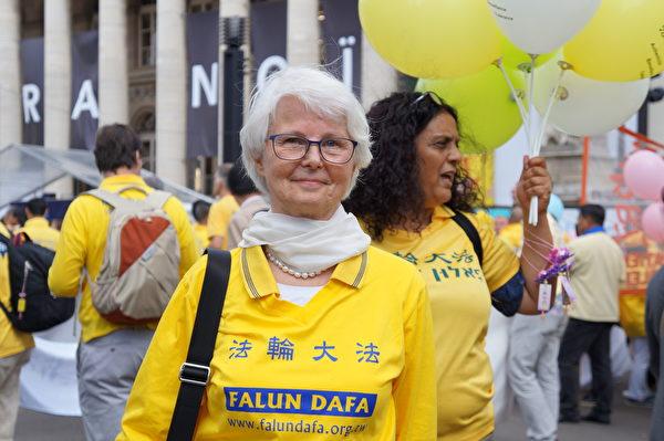 芬兰退休教师Sinikka Suontakanen参加游行。(祝兰/大纪元)