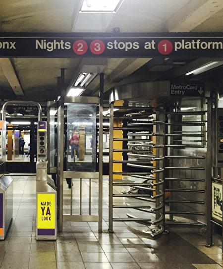 地铁的三叉旋转门已经成为通往监狱的最大管道。图为纽约地铁入口。(李慧/大纪元)