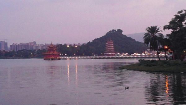 莲潭湖面山光水色,夕照也是一绝色美景。(曾晏均/大纪元)
