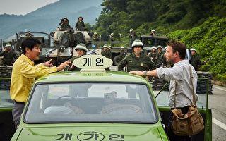 改編自真人實事的韓國電影《我只是個計程車司機》(A Taxi Driver)劇照。(車庫娛樂提供)