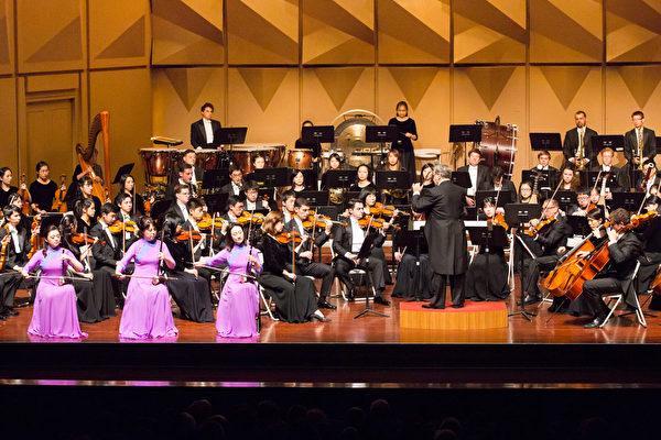 2017年9月30日晚上,神韵交响乐团于台湾彰化市员林演艺厅演出,图为二胡演奏家戚晓春、孙璐与王真在演奏。(陈霆/大纪元)