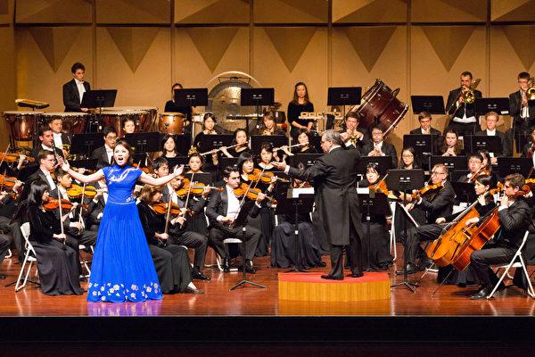 2017年9月30日晚上,神韵交响乐团于台湾彰化市员林演艺厅演出,图为女高音歌唱家耿皓蓝在演唱。(陈霆/大纪元)
