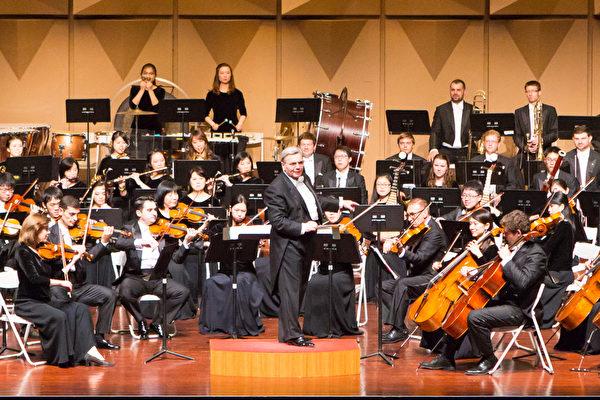 """2017年9月30日晚上,神韵交响乐团于台湾彰化市员林演艺厅演出。在演奏安可曲时,指挥米兰.纳切夫将观众当成乐团的一部分,让""""掌声""""加入乐曲之中。(陈霆/大纪元)"""