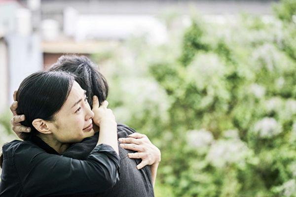 """毒舌媒体逆转盛赞《上岸的鱼》曾珮瑜与郑人硕的一场夫妻对泣戏,""""将即将爆发的饱满情绪、演得内敛感人""""。图为剧照。(海鹏提供)"""