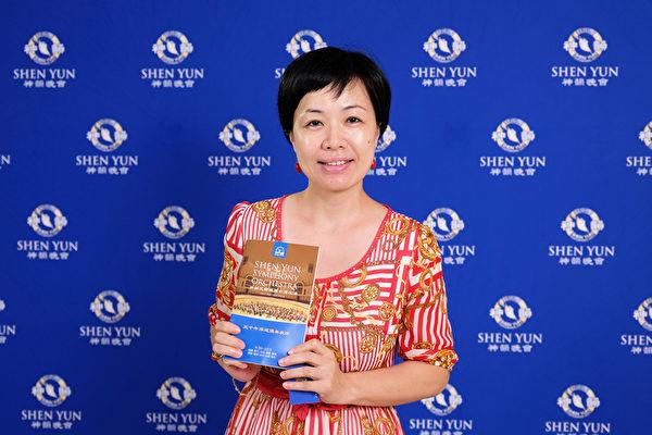 2017年10月1日下午,美容工作室負責人易湘萍觀賞神韻交響樂團在台中市中山堂的演出。(龔安妮/大紀元)
