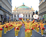 9月30日週六下午,來自全歐洲20多個國家的1500多名法輪功學員聚集巴黎舉行集會和遊行,呼籲制止中共對法輪功長達18年的鎮壓迫害。圖為腰鼓隊行進在巴黎歌劇院前的大道上。(章樂/大紀元)