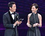 柯佳嬿(右)与韩星张赫在第52届金钟奖颁奖礼上担任颁奖人。(三立提供)