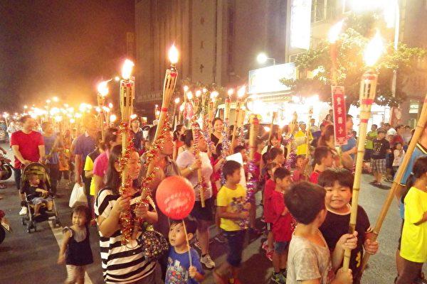 千人舉火把遊客庄踩街活動,讓純樸的崙背街上燈火通明、熱鬧不已。(廖素貞/大紀元)