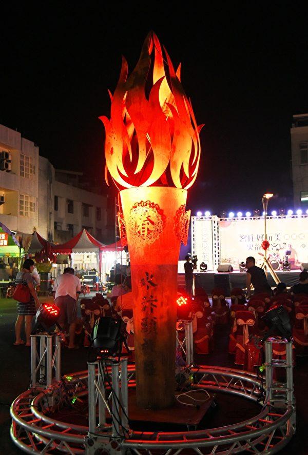 在地的素人藝術家李建男,花了三個月時間,以鐵鑄打造一座高四公尺的主題燈!(廖素貞/大紀元)